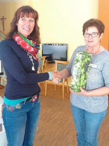 Marianne Utz bedankte sich bei Evi Füglein-Haynau mit einem Präsent